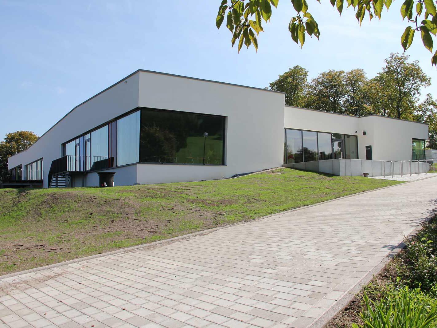 Seitenansicht des Bildungszentrums in Wiernheim, Neubau vom Architekturbüro KMR-Planer